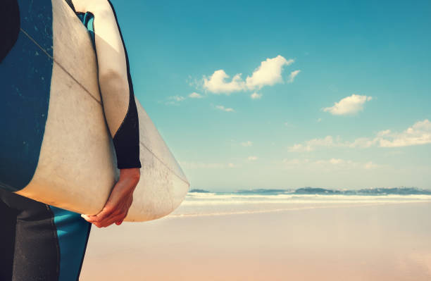 サーファーの手でサーフボードを海洋波のビューでイメージを閉じる - サーフィン ストックフォトと画像