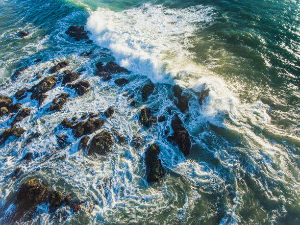 Surf bricht auf Felsen – Foto