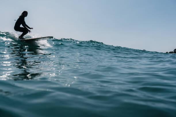 Chica surf en la ola, despegue - foto de stock