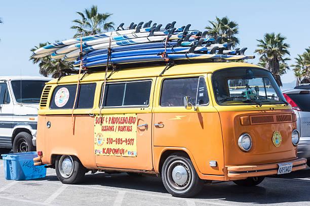 blick auf die brandung vintage-minivan - venice beach in kalifornien stock-fotos und bilder
