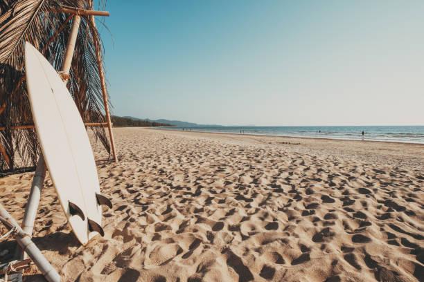 Surfbrett am tropischen Sandstrand – Foto