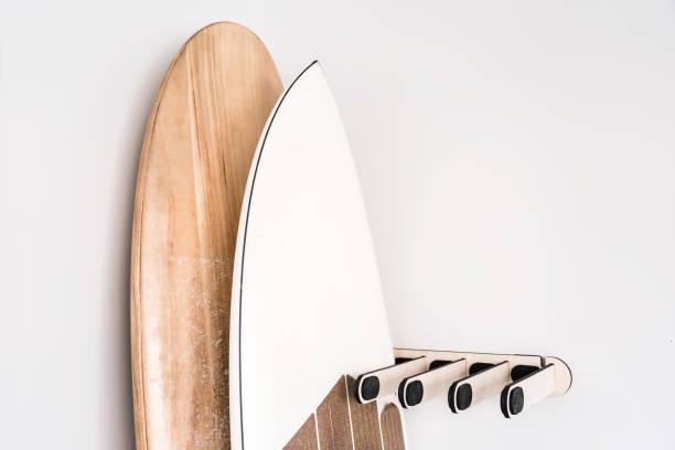 Estante de madera de tabla de surf - foto de stock