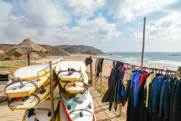 Pranchas de surf na Praia do Amado, praia e surfista local, Algarve, Portugal - foto de acervo