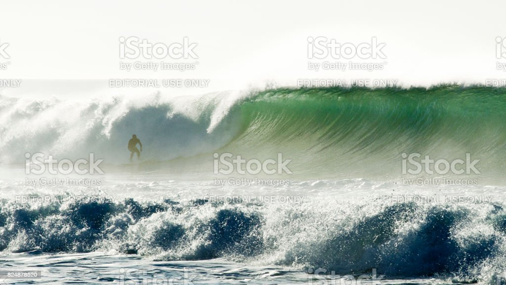 Surfeur et une grosse vague - Photo