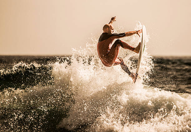 o melhor surfista pegando ondas no mar. - esporte aquático - fotografias e filmes do acervo