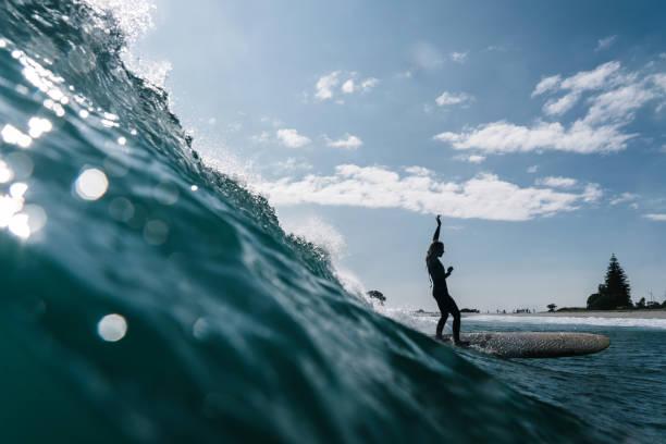 Chica surfista y la ola de barril - foto de stock