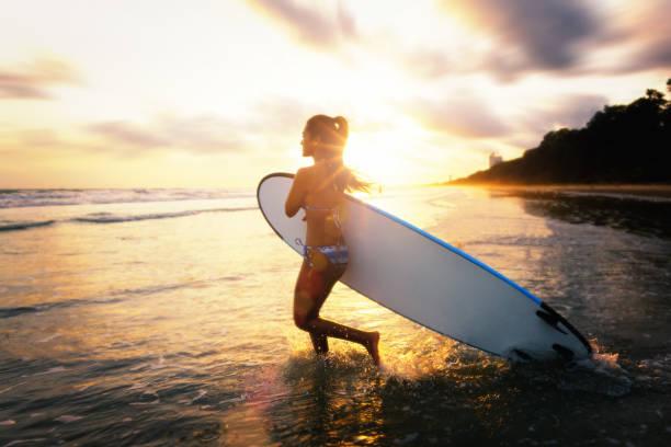 Surfer Girl im Bikini auf Surfbrett. – Foto