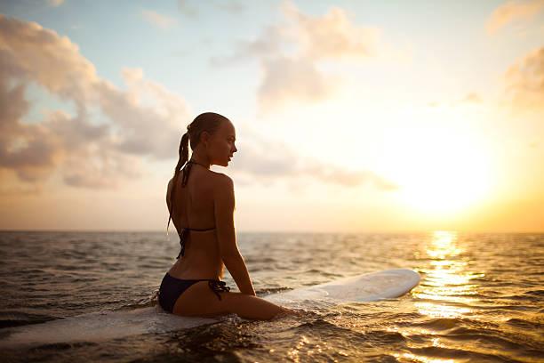 サーファーガール - サーフィン ストックフォトと画像