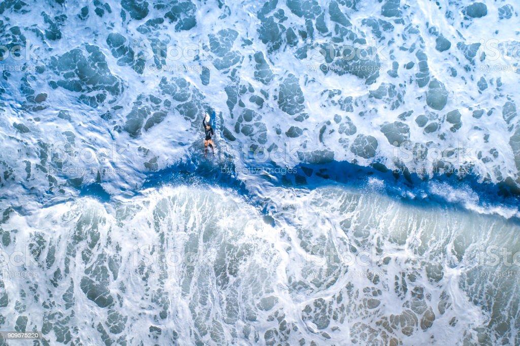 Surfer Mädchen Surfen im Ozean – Foto