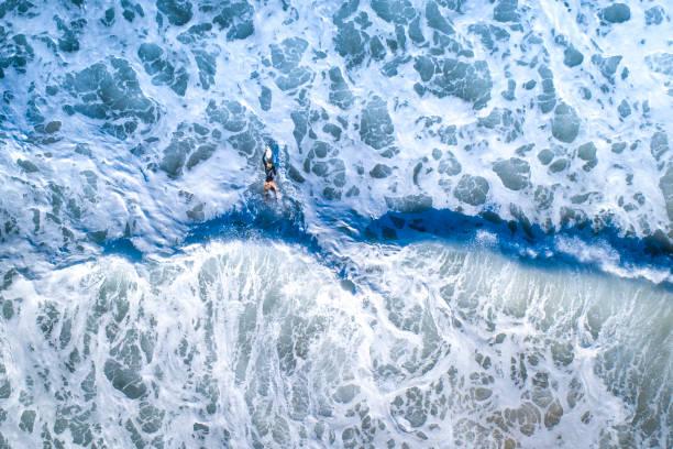 Chica surfista Surfeando en el mar - foto de stock