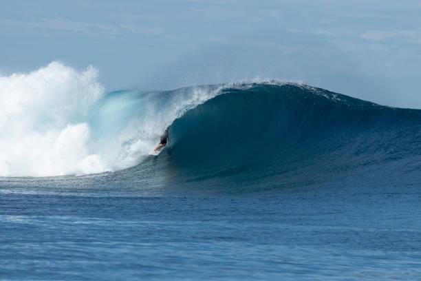 Surfista dentro de la ola de barril - foto de stock