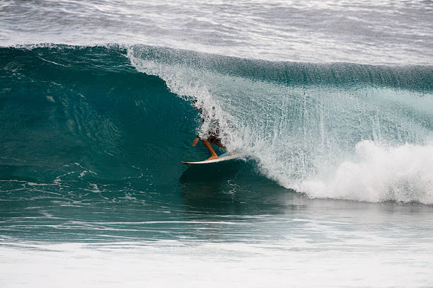 Surfer in den Hollow Teil einer Welle in Hawaii – Foto