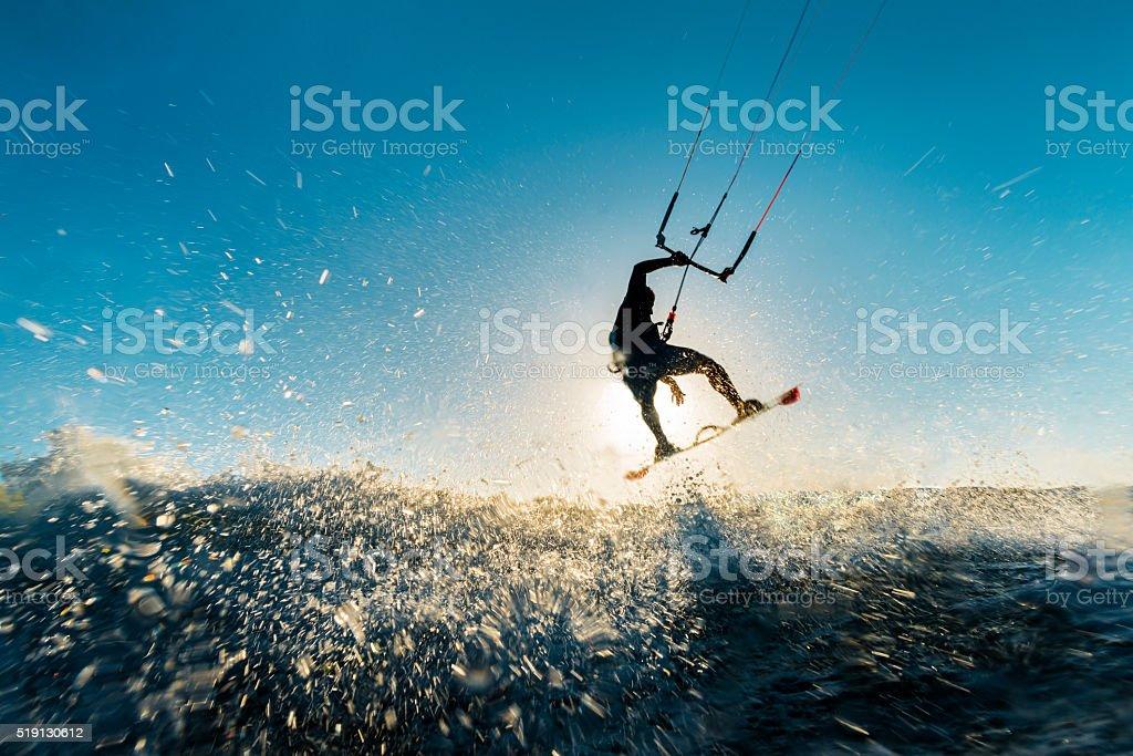 Surfer-jumping in den Sonnenuntergang - Lizenzfrei Kitesurfen Stock-Foto