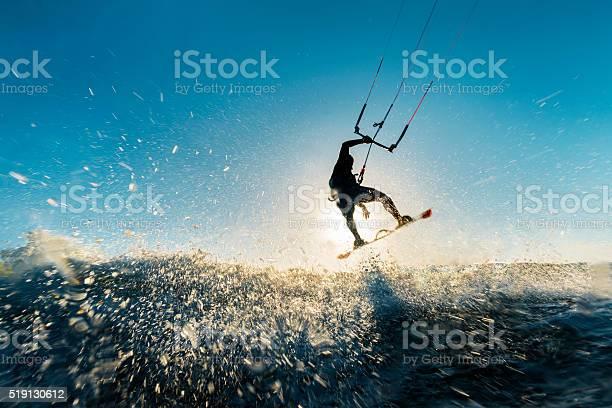 Surferjumping In Den Sonnenuntergang Stockfoto und mehr Bilder von Kitesurfen
