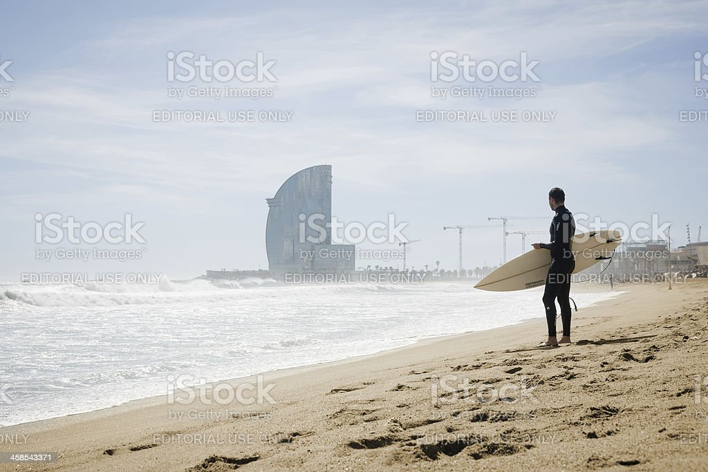 Surfista en la playa - foto de stock