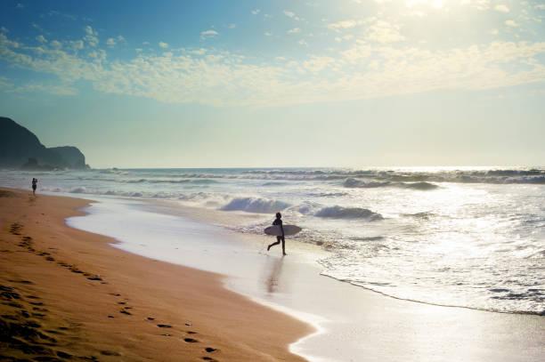 persona que practica surf para navegar - surf fotografías e imágenes de stock