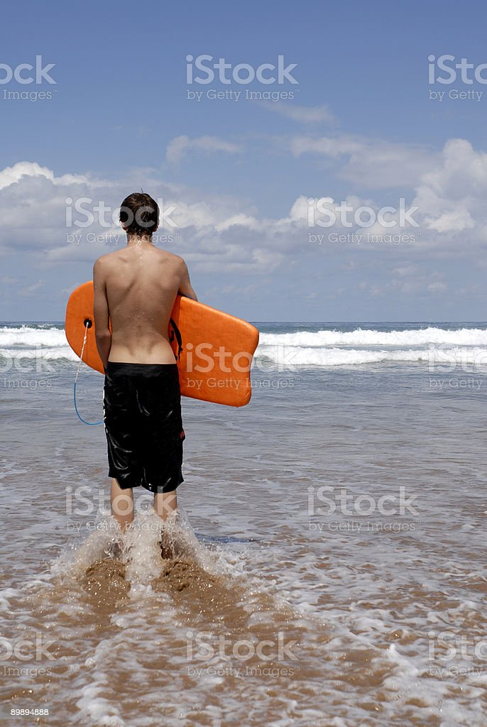 Серфер ждет право волна Стоковые фото Стоковая фотография