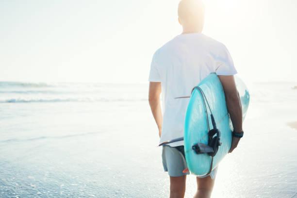 Walking am Strand mit einem Surfbrett Surfer – Foto