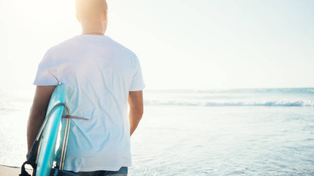 Surfer mit einem Surfbrett am Strand – Foto