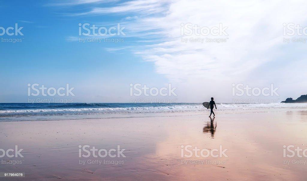Surfer mit Surfbrett geht auf Küstenlinie – Foto