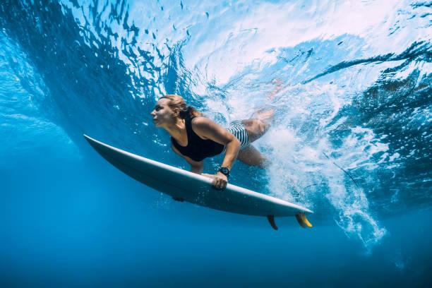 Surfer Frau taucht unter Wasser. Surfgirl taucht unter großer Welle – Foto