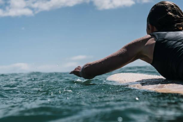 Surfer mujer charco en tabla de surf - foto de stock