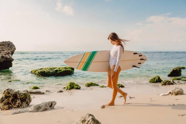 Surfer Frau mit Surfbrett. Surfen im Meer – Foto
