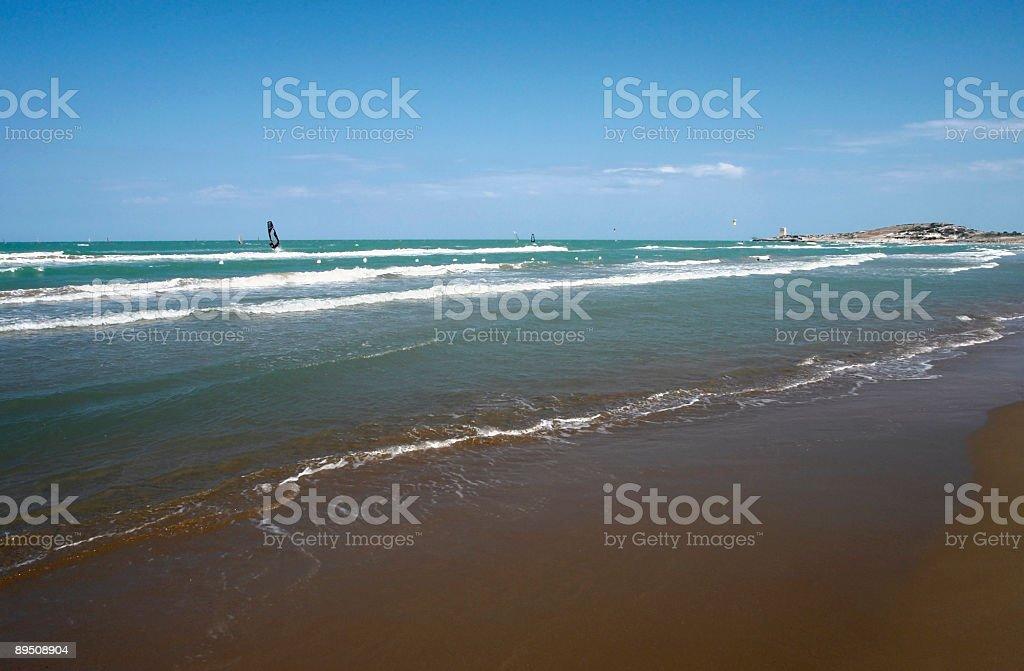 Les surfeurs et de la plage en Italie en été photo libre de droits