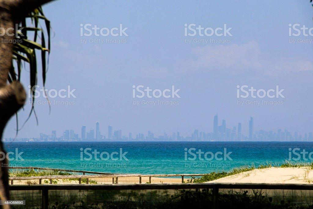 Die Skyline von Surfers Paradise wie von Coolangatta Beach – Foto