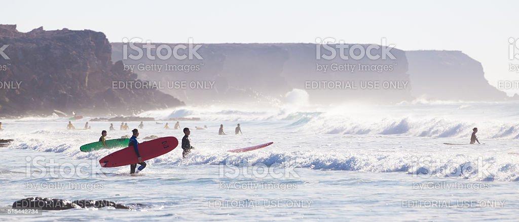 Surfer Surfen auf El Cotillo Strand, Fuerteventura, Kanarische Inseln, Spanien. Lizenzfreies stock-foto