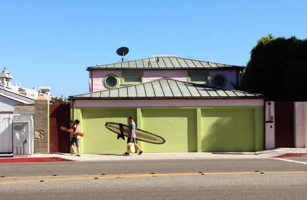 surfare promenader längs hwy 101 i malibu ca - surf garage bildbanksfoton och bilder