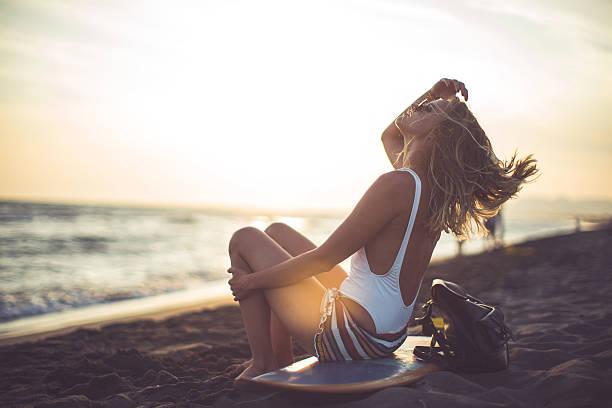 surfgirl - haare ohne lockenstab wellen stock-fotos und bilder