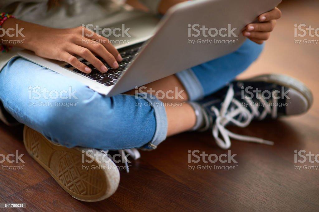 Surfen im Netz auf Laptop – Foto