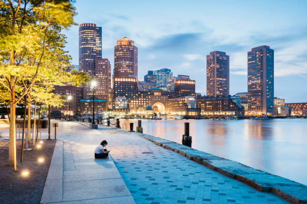 surfen im netz auf smartphone in boston - ikonische frauen stock-fotos und bilder