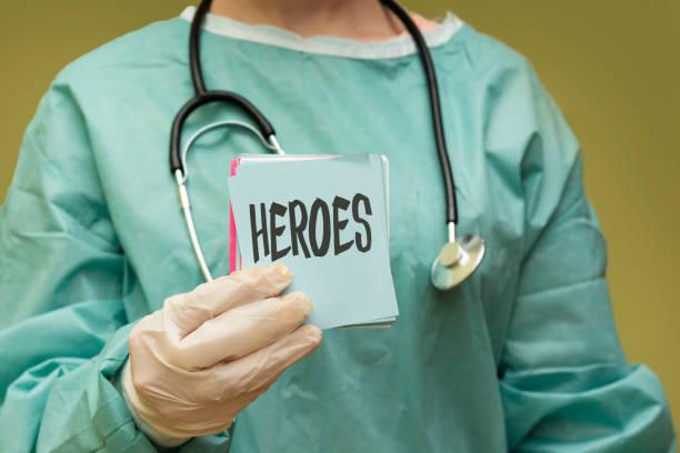 Chirurgenarzt hält Papier mit Heldenkonzept – Foto