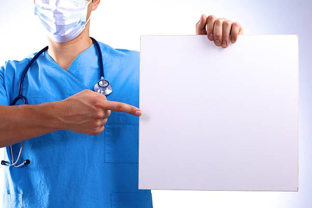 Chirurg w masce posiada transparent – zdjęcie