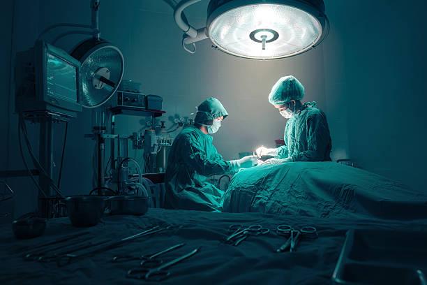 team di chirurghi al lavoro - chirurgo foto e immagini stock
