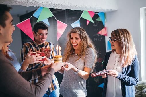 Surprise For Birthday On Work Place Stockfoto und mehr Bilder von Arbeitsstätten
