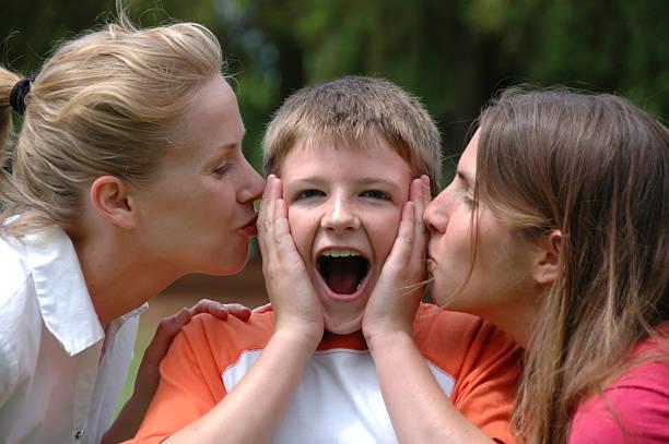 sorpresa bacio - kids kiss embarrassed foto e immagini stock