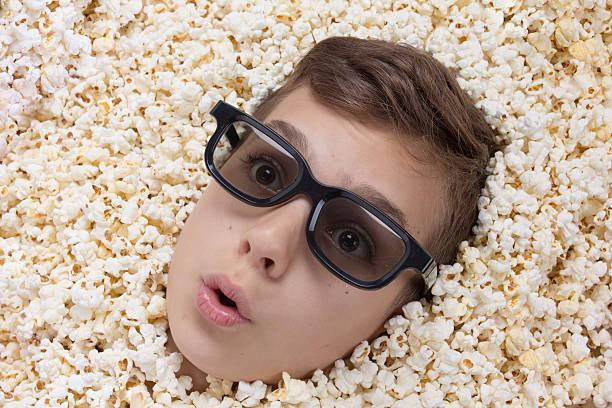 überrascht junge in stereoanlage brille, popcorn - niedlichen anime jungs stock-fotos und bilder