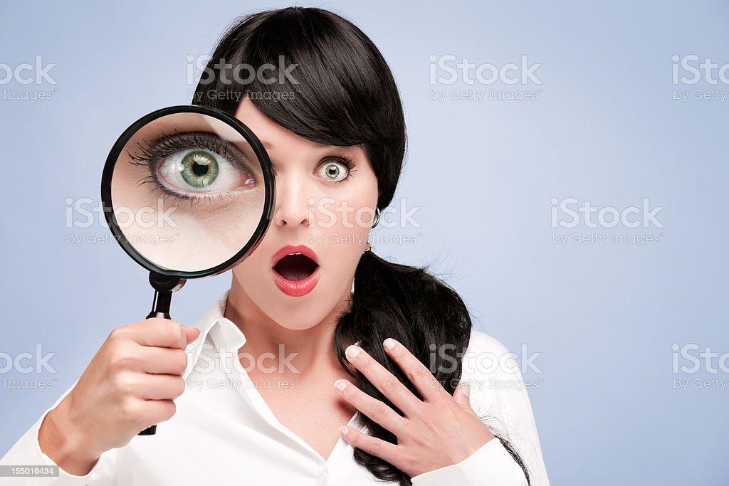Resultado de imagen para mujer con lupa