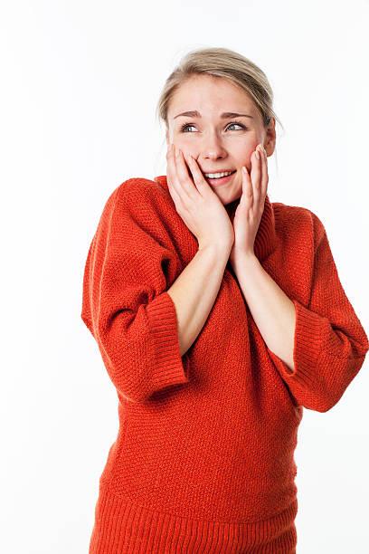 Überrascht fröhlich junge Blonde Frau berühren Gesicht für Sie – Foto