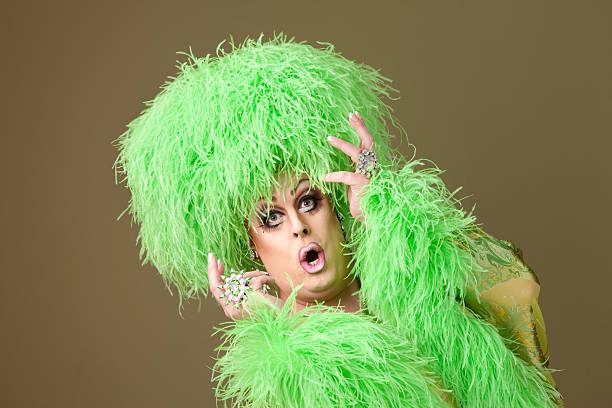 surprised drag queen in green - drag queen stockfoto's en -beelden