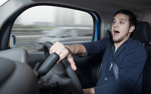 förvånad föraren i bilen. bilolycka. abrupt styrning. - krockad bil bildbanksfoton och bilder