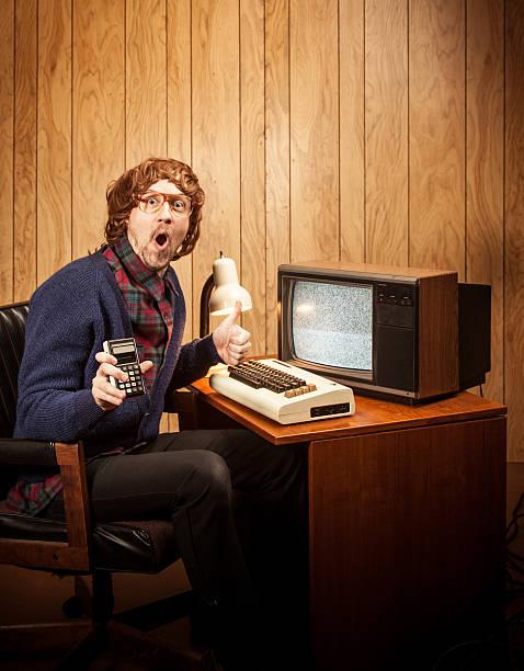 Überrascht Nerd Mann mit langhaarigem Geeky vintgae computer und Rechner – Foto