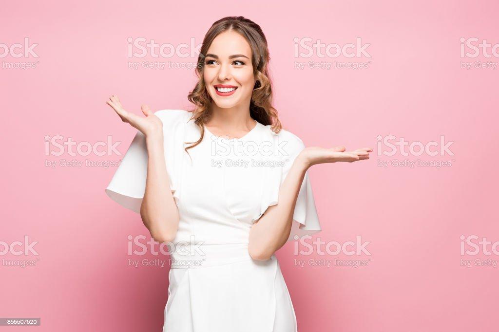 Überrascht, glücklich schöne Frau, die seitwärts in Spannung – Foto