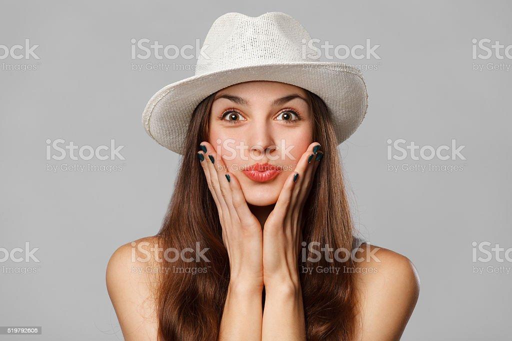 Überrascht, glücklich Frau schaut seitlich in Spannung. Begeistert Mädchen – Foto