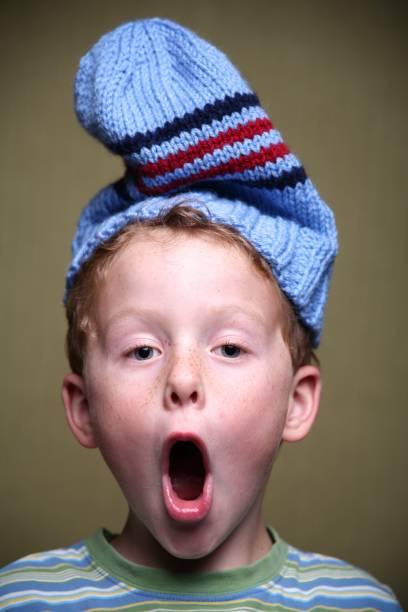Überrascht kleine Junge trägt Toque – Foto