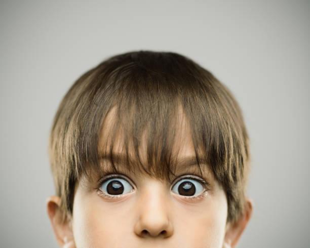 Surpris de petit garçon avec des sourcils surélevés - Photo