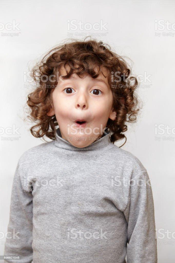 Kleine Mädchen öffnet überrascht den Mund und Blick in die Kamera – Foto